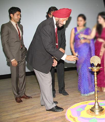 Milkha Singh ligths the lamp as Farhan Akhtar, Rakeysh Omprakash Mehra watch