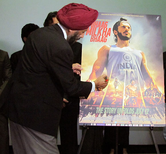 Milkha Singh signs the poster of Bhaag Milkha Bhaag