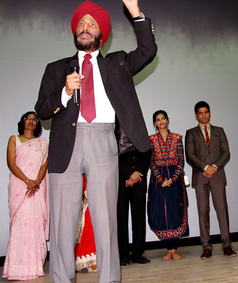 Milkha Singh speaks to the armymen as Sonam Kapoor and Farhan Akhtar watch