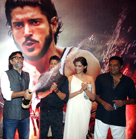 Rakeysh Omprakash Mehra opens champagne as Farhan Akhtar, Sonam Kapoor and Prakash Raj watch
