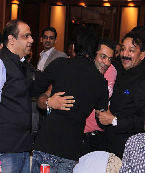 Shah Rukh Khan and Salman Khan hug in Baba Siddique's presence