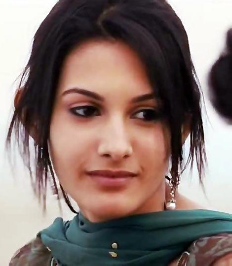 Amyra Dastur in Issaq