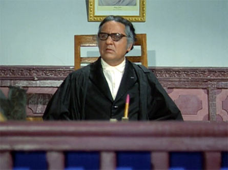 D K Sapru as a judge in Phool Aur Patthar