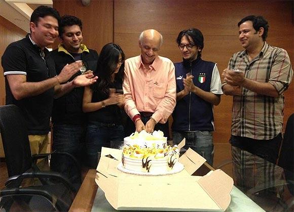 Bhushan Kumar, Mohit Suri, Sakshi Bhatt, Vishesh Bhatt, Mukesh Bhatt with a friend