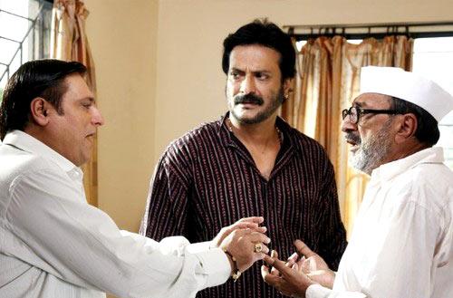 Manoj Joshi, Milind Gunaji, Tinnu Anand in Khatta Meetha.