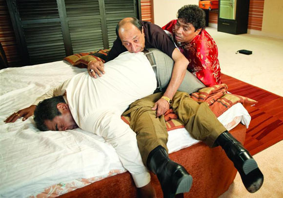 Tinnu Anand's comic turn with Sharat Saxena and Johnny Lever in De Dana Dhan.