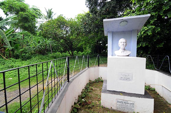 A bust of Satyajit Ray at the location.