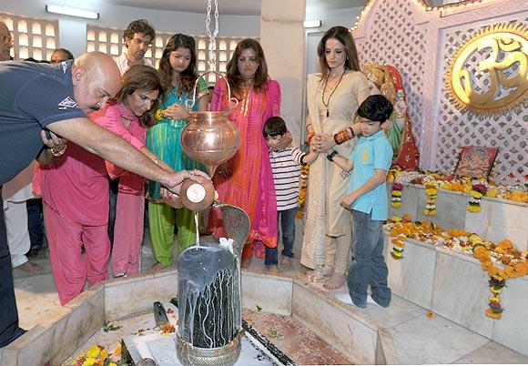 Rakesh and Pinky Roshan, Hrithik, Sunaina, Hridaan, Sussanne and Hrehaan Roshan