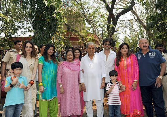 Hrehaan, Sussanne, Om Prakash (in white), Hrithik, Hridaan, Sunaina and Rakesh Roshan