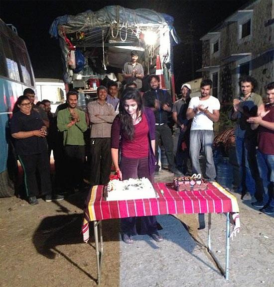 Alia Bhatt cuts a cake on the sets of Highway