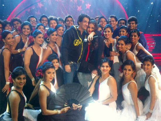 Shiamak Davar and Aishwarya Rai Bachchan along with the dance troupe