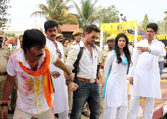 Ravi Kissen, Neil Nitin Mukesh, Tena Desae on the sets of Dussehra