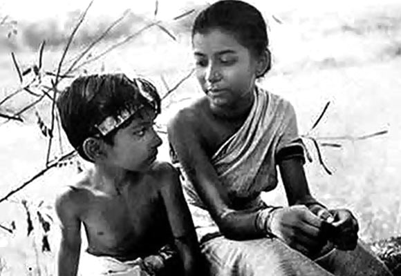 Subir Roy and Uma Dasgupta in a scene from Pather Panchali