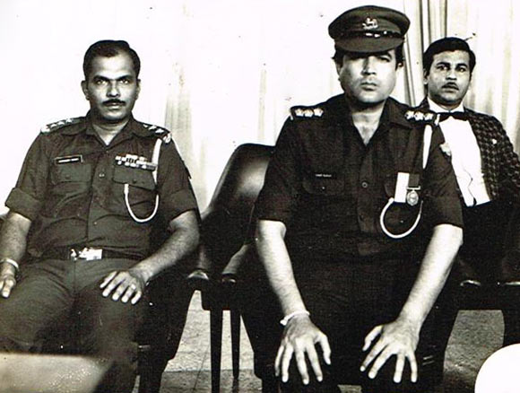 Shashikant Mhatre -- filling in for an absent junior artist in a court martial scene in the film Awaam -- sits next to Rajesh Khanna and Vijay Arora