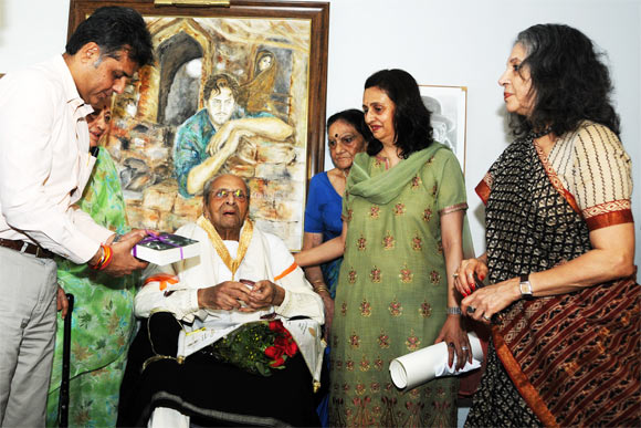 Pran receives Dadasaheb Phalke award from Manish Tewari he is accompanied by his daughter Pinky Bhalla