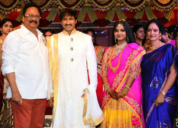 Krishnam Raju with wife Shyamala Devi, Gopichand and Reshma