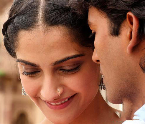 Sonam and Dhanush in Raanjhanaa's title track