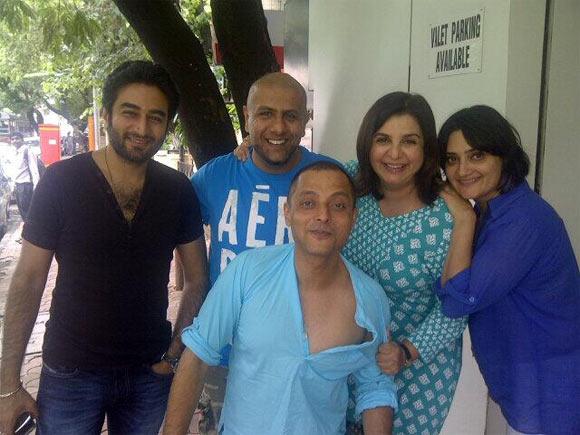 Shekhar Ravjiani, Vishal Dadlani, Sujoy Gosh and Farah Khan with a friend