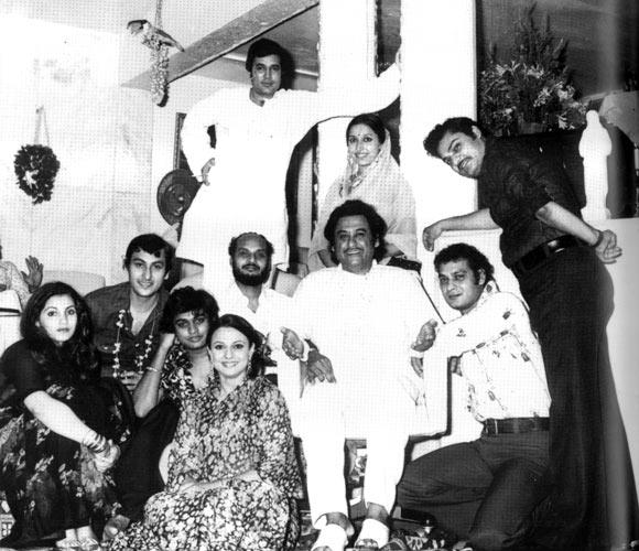 Kishore Kumar (sitting, centre) with Dimple Kapadia, Arjun, Amit, Tanuja, Ronu Mukherji, Rajesh Khanna, Kishore Deb and Shomu Mukherji