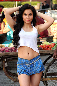 Elli Avram in Mickey Virus