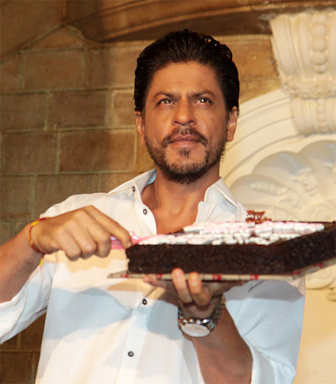 Shah Rukh Khan cuts the cake