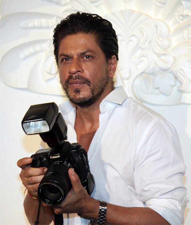 Shah Rukh Khan clicks a picture