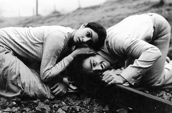 Sridevi and Kamal Haasan in Moondram Pirai