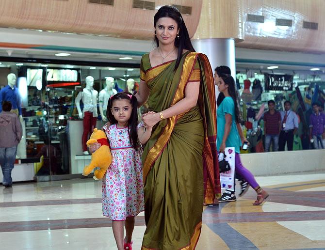 Divyanka Tripathi with Ruhanika Dhawan, who plays Ruhi in Yeh Hai Mohabbatein