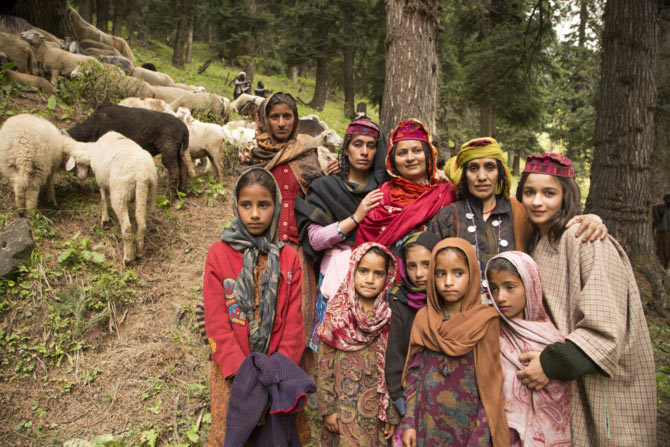 Alia Bhatt poses with Kashmiri women during the Highway shoot