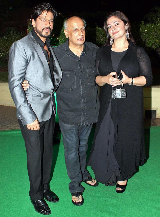 Shah Rukh Khan with Mahesh and Pooja Bhatt