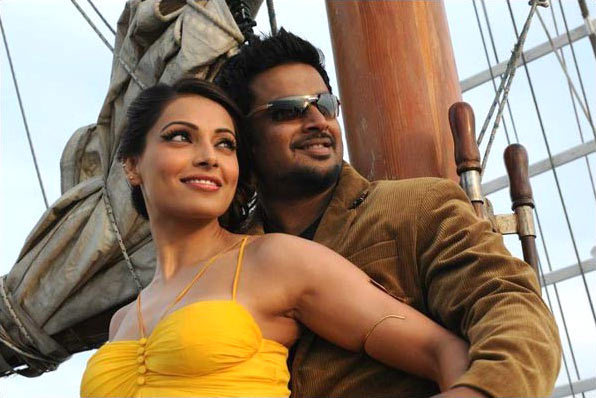 Bipasha Basu and R Madhavan in Jodi Breakers