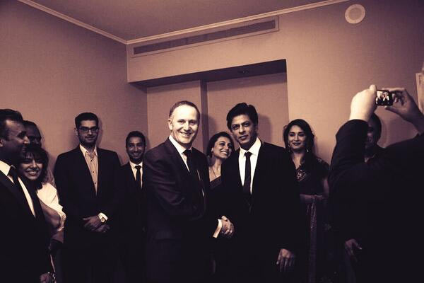 Shah Rukh Khan shaking hands with John Key, with Madhuri Dixit (on his left) and Rani Mukerji (on his right)