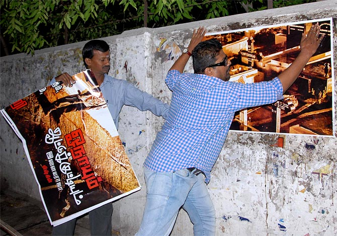 Mysskin pasting the movie poster of Onaiyum Aattinkuttiyum in Coimbatore