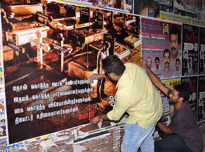 Mysskin pasting the movie poster of Onaiyum Aattinkuttiyum in Trichy