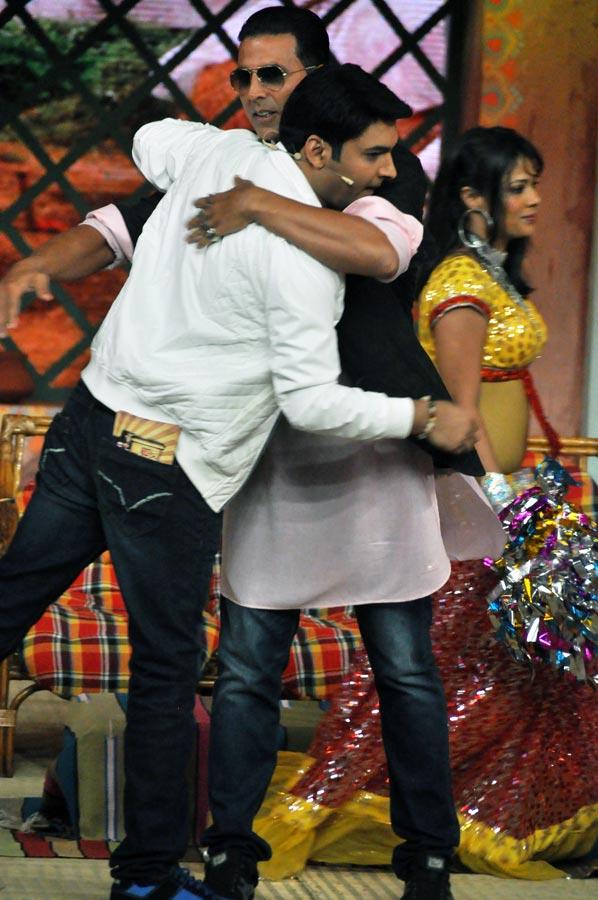 Kapil Sharma hugs Akshay Kumar