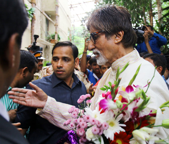 Fans give bouquet to Amitabh Bachchan on his birthday