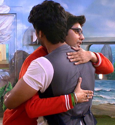 Vivek Mishra hugs Kushal Tandon
