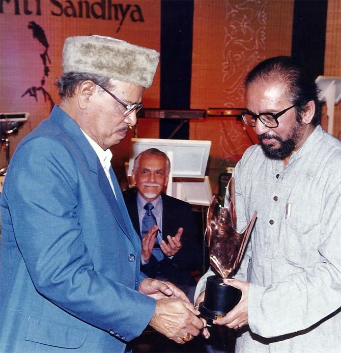 Manna Dey receiving the Bimal Roy trophy from Govind Swaroop