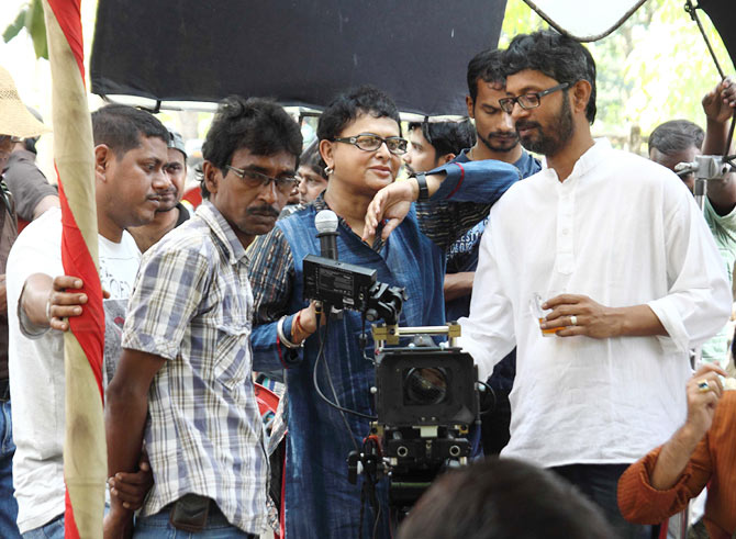 Rituparno Ghosh (in blue) on the sets.