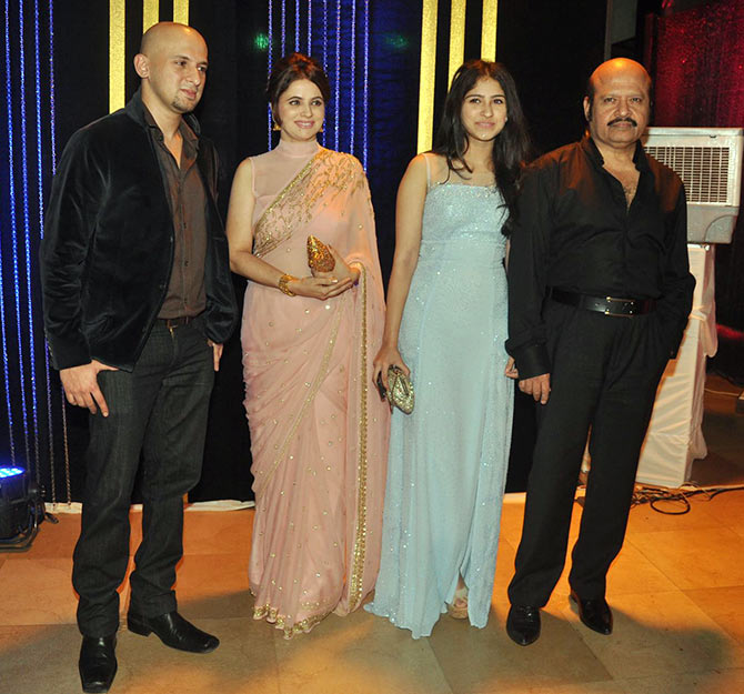 Rajesh Roshan (extreme right) with son Eshaan, wife and daughter Pashmina (in blue)