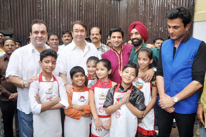 Rajeev and Randhir Kapoor with MasterChef contestant and Chef Vikas Khanna, Kunal Kapoor and  Jolly Singh