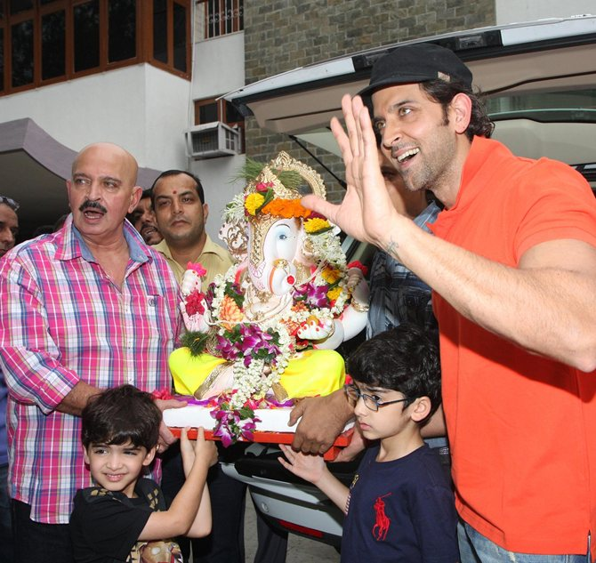 Hrithik and Rakesh Roshan with Hridaan and Hrehaan