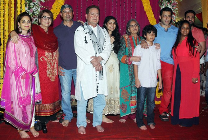 Alvira, Helen, Atul Agnihotri, Salim Khan, Alvira's daughter Alizeh, Salma, Arbaaz's son Aryaan, Salman, Arpita and bodyguard Shera