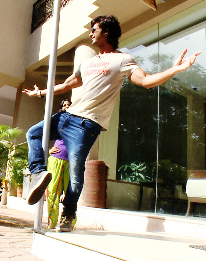 Shahid Kapoor's tries his hands on pole dance