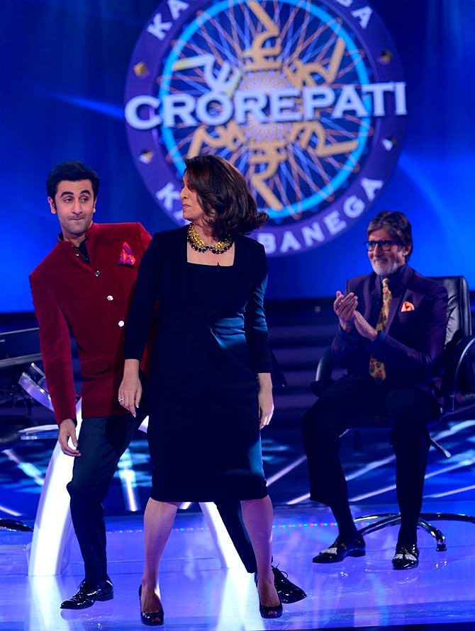 Ranbir and Neetu Kapoor dance, while Amitabh Bachchan looks on