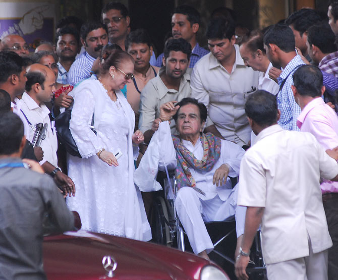 Dilip Kumar with Saira Banu, outside Lilavati hospital