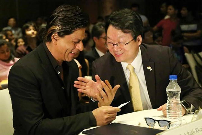 Shah Rukh Khan with Joon-Gyu Lee, the ambassador of the Republic of Korea.