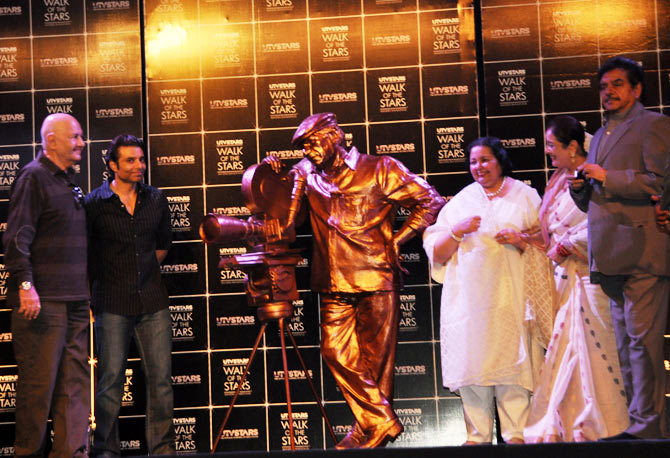 Prem Chopra, Uday Chopra, Pamela Chopra, Poonam Sinha and Shatrughan Sinha at the unveiling of Yash Chopra's statue
