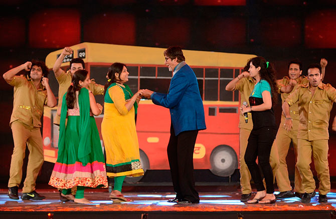 Amitabh Bachchan dances with the audience