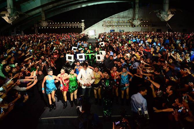 Amitabh Bachchan dances midst of the crowd in Surat